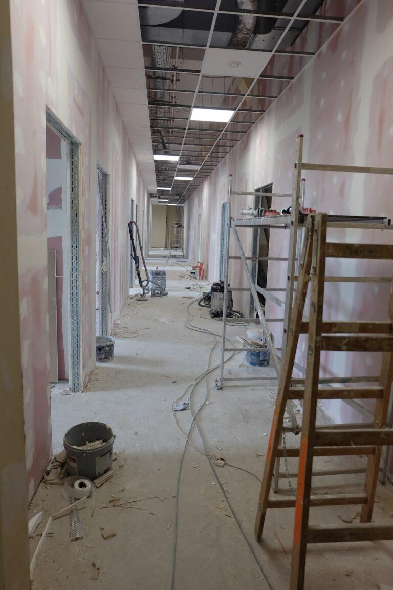 Na zdjęciu widać remont korytarza nie ma on wykonanego sufitu na korytarzu są drabiny i sprzęty do remontu ściany są w gładzi