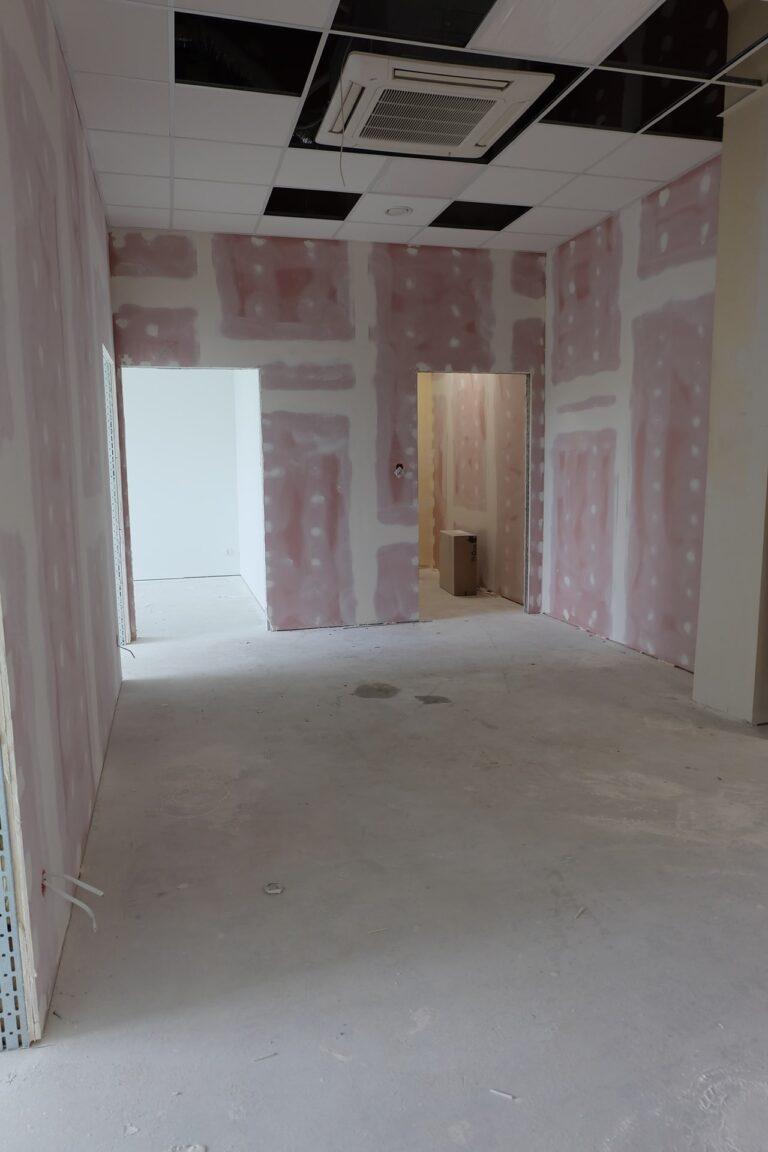 Na zdjęciu widać korytarz w czasie remontu. ściany są w gładzi