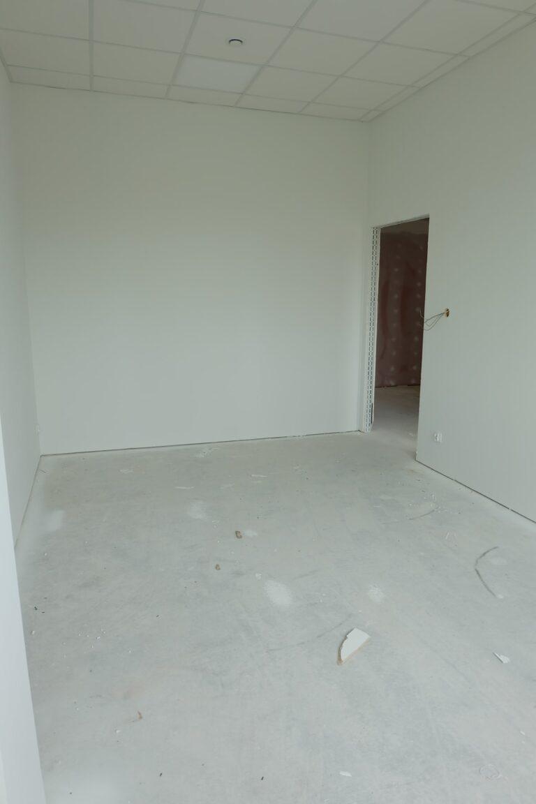 Na zdjęciu widać pokój w remocnie. Ma on białe ściany.