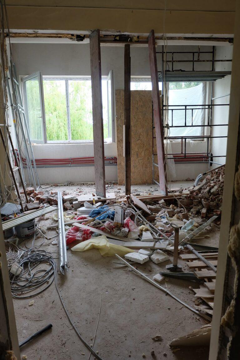 Na zdjęciu widac fragment pokoju remontowanego. sa w nim rusztowania i liczne sprzęty jest tez bałagan prawdopodobnie z rozburzonej ściany