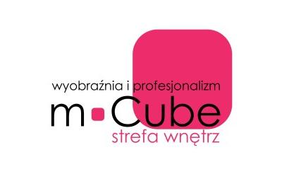 Czarny napis wyobraźnia i profesjonalizm m Cube oraz pod nim różowy napis strefa wnętrz. Obrazek z napisem w tle posiada różowy kwadrat