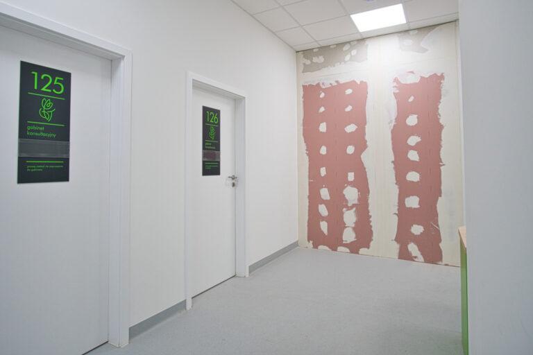 Na zdjęciu widać fragment korytarzu gdzie są dwoje drzwi do gabinetów 125 i 126 jedna ściana jest w czasie remontu i nie jest pomalowana
