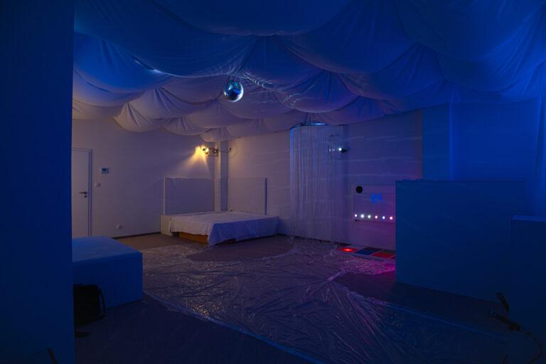 Zdjęcie przedstawia salę doświadczenia świata. Znajduje się tam łóżko wodne, oraz inne sprzęty Na podłodze jest rozłożona folia